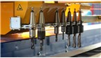 8-násobný nástrojový výmenník pre plne automatickú podporu vŕtania:::Výmenník nástrojov sa používa na rýchlu a presnú výmenu nástrojov vrtného zariadenia, aby sa predišlo nepresnostiam a technickým oneskoreniam.